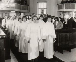 Ensimmäisten naisten pappisvihkimys Lapuan hiippakunnassa.