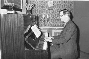 Piispa Sariola pianon ääressä.
